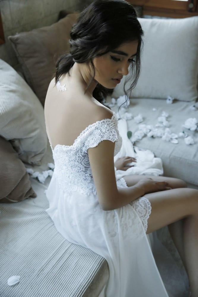 גב עם אפליקציה וחצאית קצרה ושסעשירה מבית סטודיו לבנה שמלת כלה מתחרה עדינה עם מחשוף וכתפיים נופלות