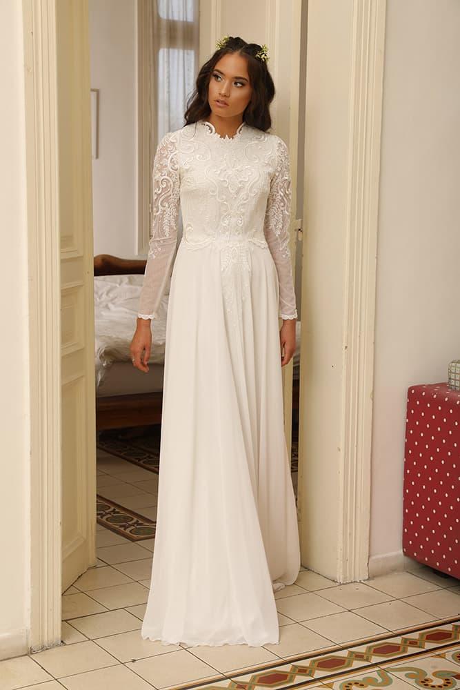 סיאן מבית סטודיו לבנה, שמלת כלה צנועה עם תחרת פיתוחים מנצנצת, שרוול תחרה צמוד וחצאית שיפון נקיה