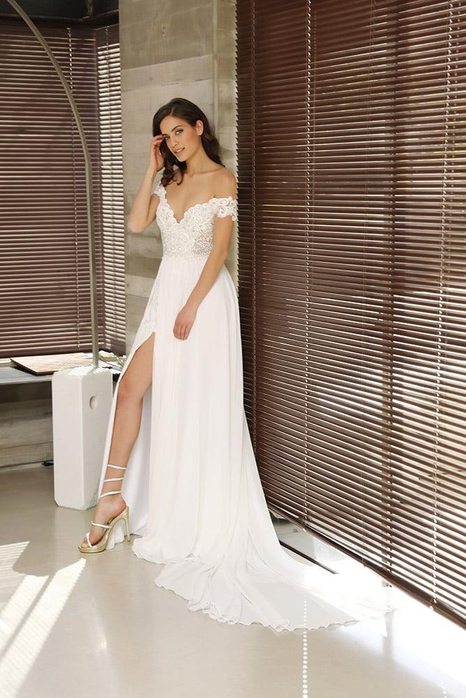 סיארה מבית סטודיו לבנה שמלת כלה עם כתפיות נופלות תחירה מחוזרת עם פנינים וחצאית עם שסע