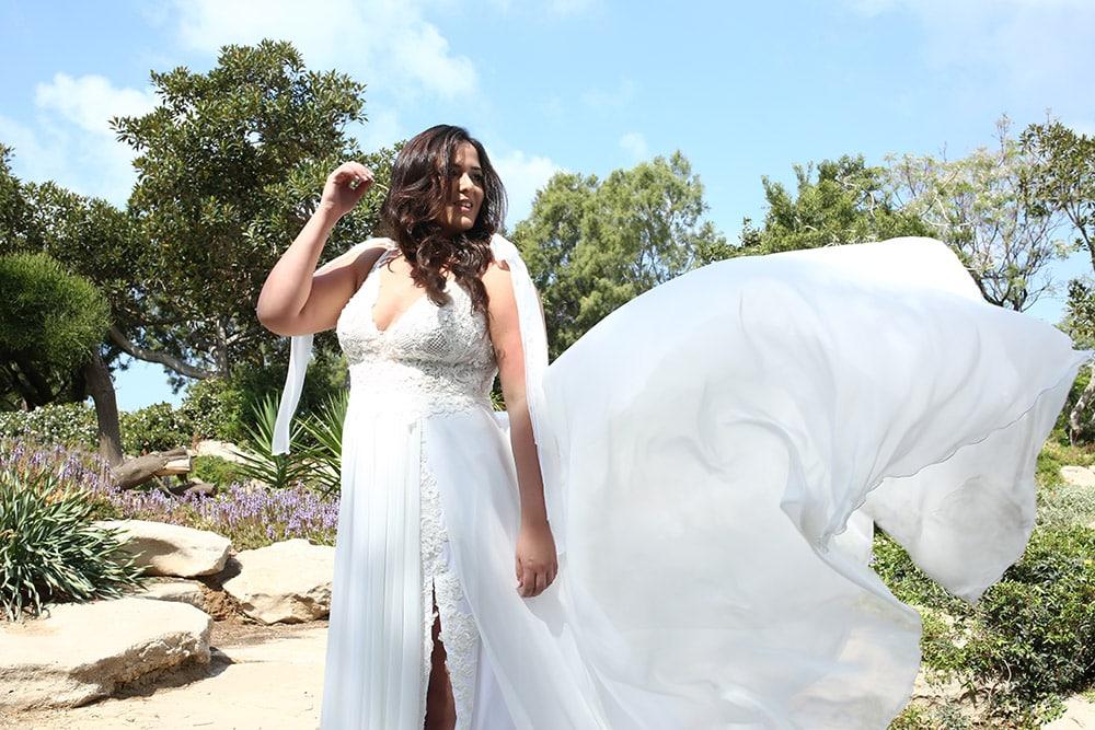 שמלת כלה במידה גדולה עם חצאית שיפון בעלת שסע ושובל, וטופ תחרה עם רצועות קשירה סולר מבית סטודיו לבנה