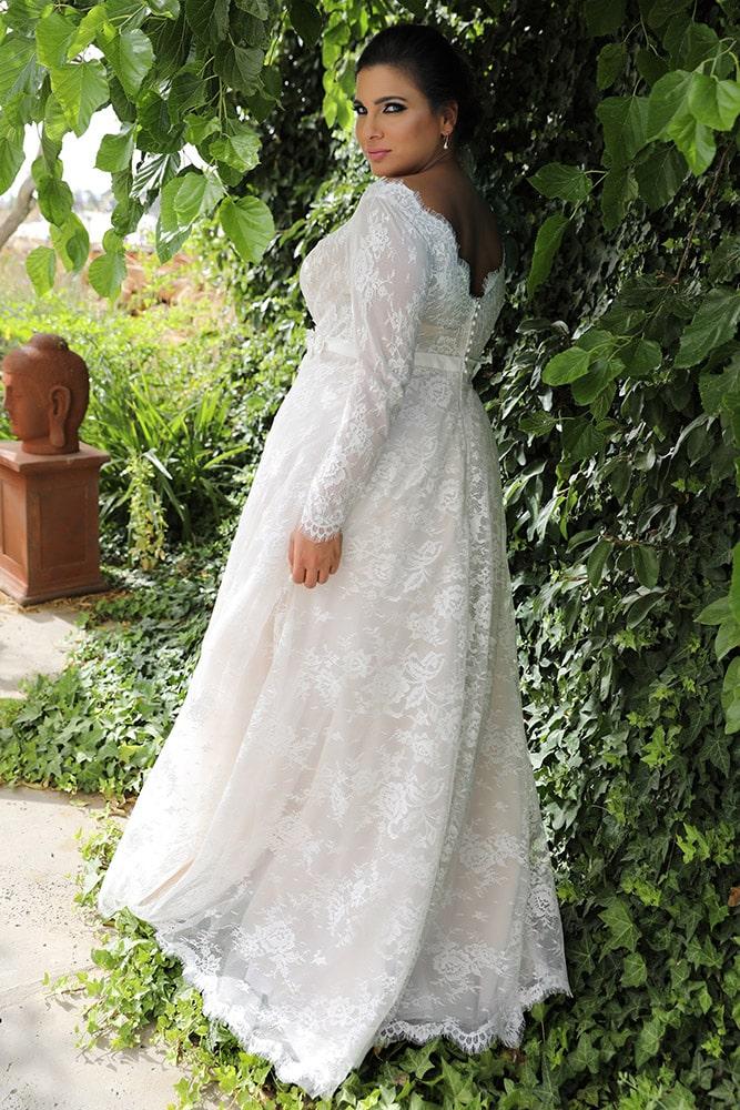 סופיה מבית סטודיו לבנה, שמלת כלה במידה גדולה מתחרה עדינה עם מחושך עמוק מתחרה וחגורת פרחים
