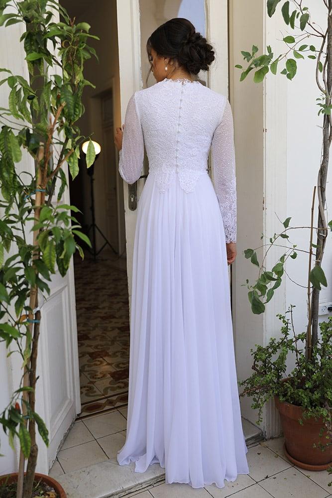 סוזנה מבית סטודיו לבנה, שמלת כלה צנועה וקלאסית עם שרוולי תחרה ארוכים