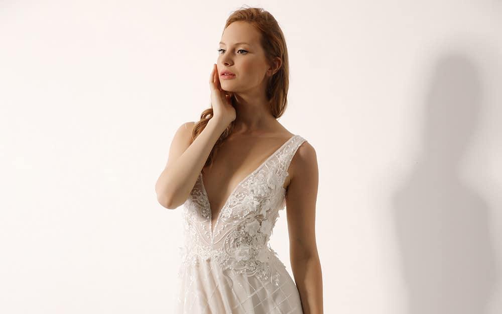 טל מבית סטודיו לבנה שמלת כלה עם מחשוף וי עמוק תחרת פרחים בולטת וחצאית טול מנצנצת ומרשימה