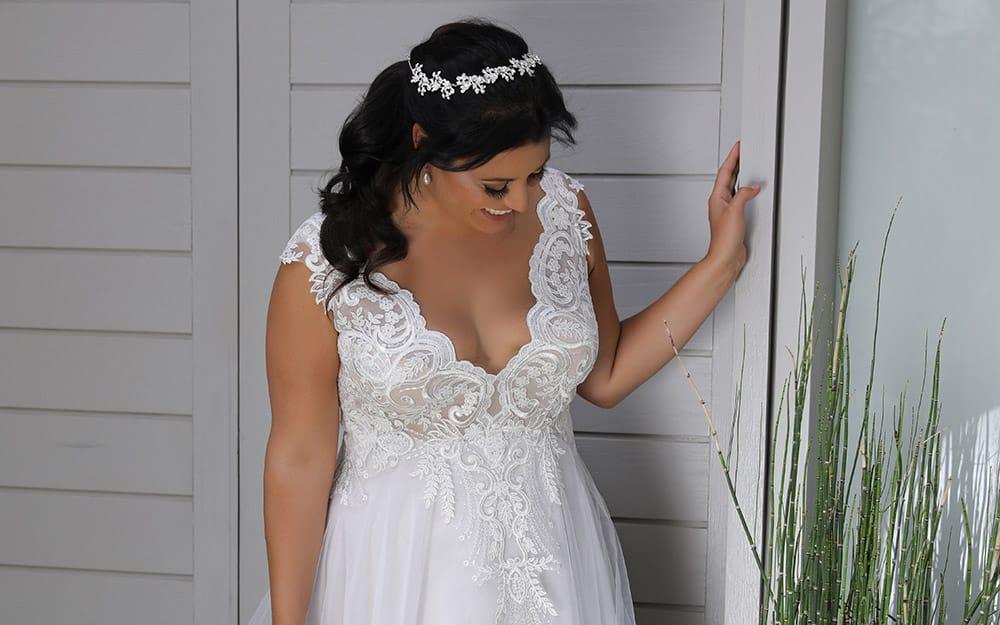 טרייסי מבית סטודיו לבנה, שמלת כלה בגזרת נסיכה עם חלק עליון של תחרה עדינה מנצנצת וחצאית עם שכבת טול עדינה