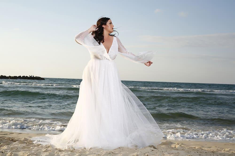 שמלת כלה במידה גדולה עם בד טול מנצנץ ושרוולי פעמון