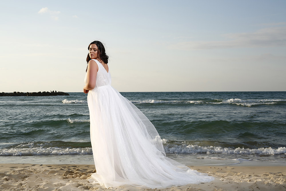 שמלת כלה במידה גדולה עם בד טול מנצנץ ושובל ארוך