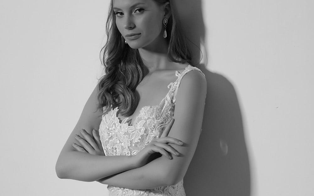 אונה מבית סטודיו לבנה שמלת כלה צמודה עם תחרה מנצנצת ואפליקציות עלים רומנטיות