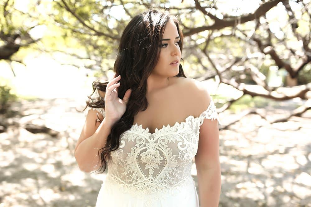 ולנטינה מבית סטודיו לבנה , שמלת כלה במידה גדולה תחרה מחורזת בדוגמא רומנטית ומחשוף עשיר