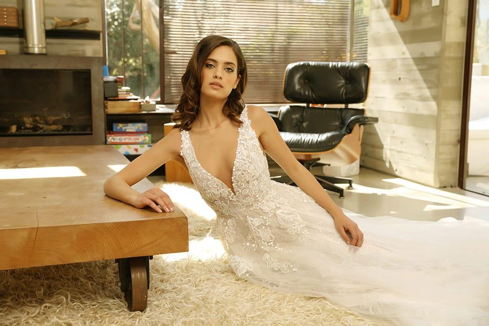 ונסה מבית סטודיו לבנה שמלת כלה נסיכותית מתחרה מנצנצת ושילוב של טול ומחשוף עמוק