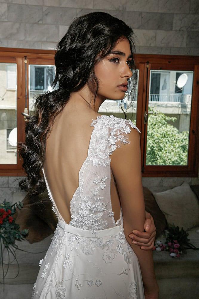 ורד מבית סטודיו לבנה שמלת כלה עם גב פתוח מתחת תלת מימד מחורזת