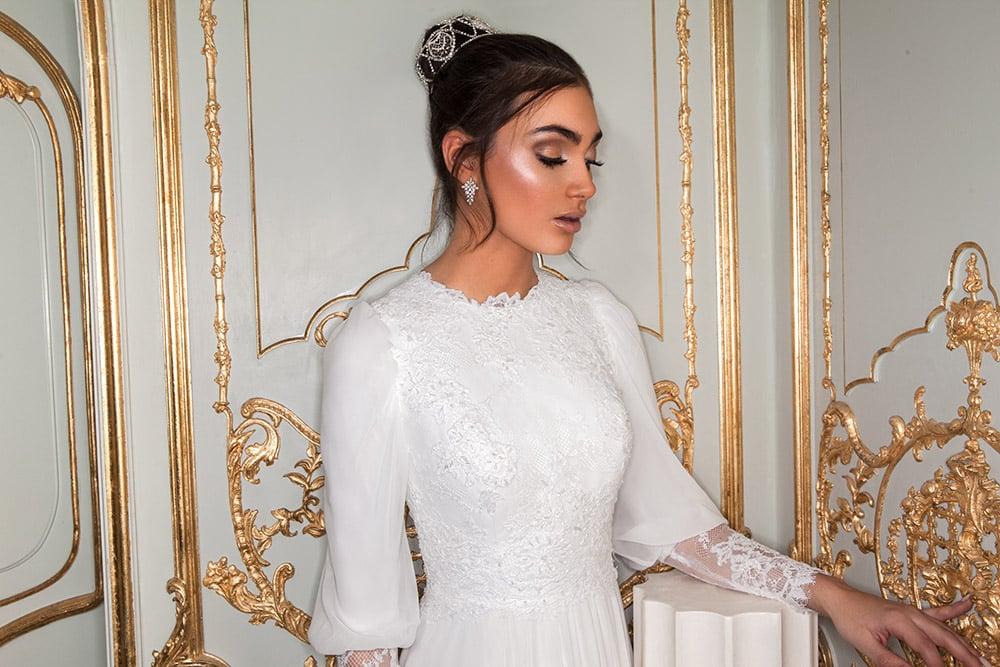 רונה מבית סטודיו לבנה, שמלת כלה צנועה עם תחרה מחורזת ושרוולי שיפון ותחרה.