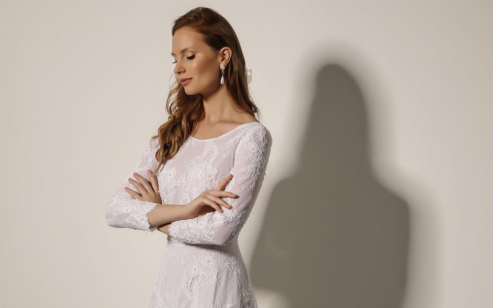 ורונה מבית סטודיו לבנה שמלת כלה מתחרה עדינה שרוול ארוך צמוד וחצאית תחרה בגזרת איי