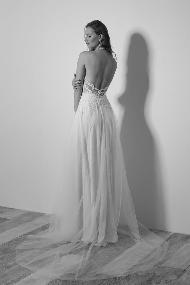 ויטה מבית סטודיו לבנה שמלת כלה עם גב פתוח תחרת פיתוחים וחצאית טול עדינה