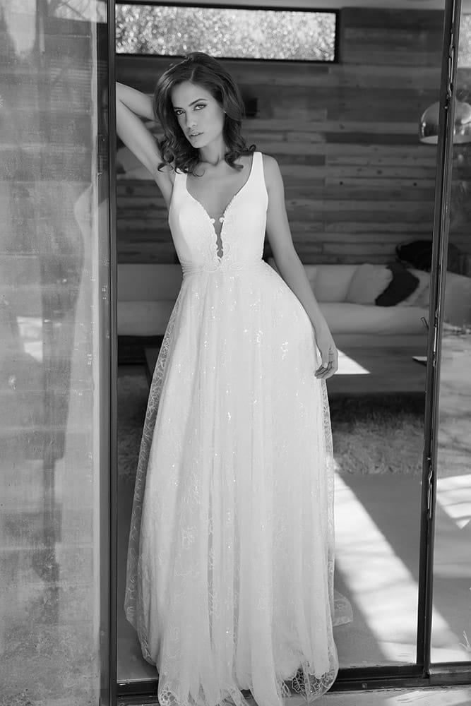 ויויאן מבית סטודיו לבנה שמלת כלה עם מחשוף וי עמוק וחצאית תחרה מנצנצת