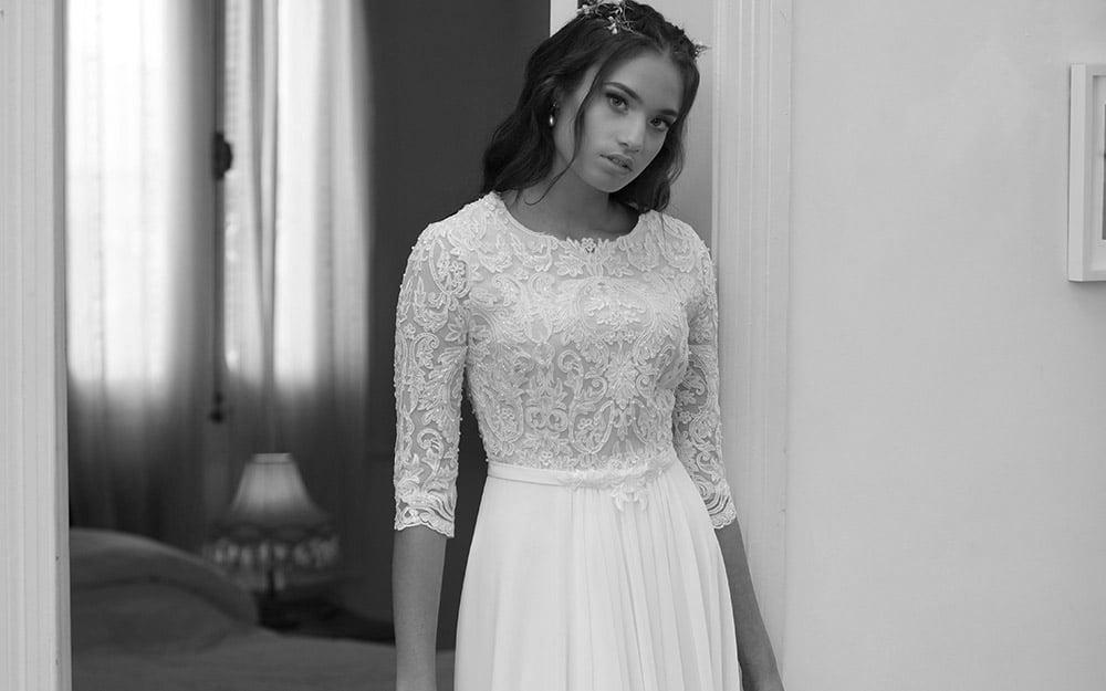 זויה מבית סטודיו לבנה שמלת כלה צנועה עם תחרת פרחים מחורזת וחגורה עדינה