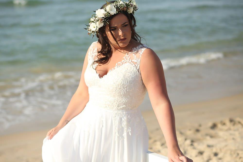 שמלת כלה תחרת עלים ופרחים , מחשוף וי עמוק וחצאית נשפכת סייג' מבית סטודיו לבנה